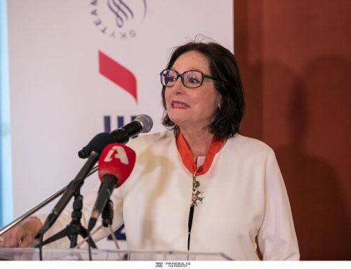 Η Γαλλία παρασημοφόρησε τη Νάνα Μούσχουρη