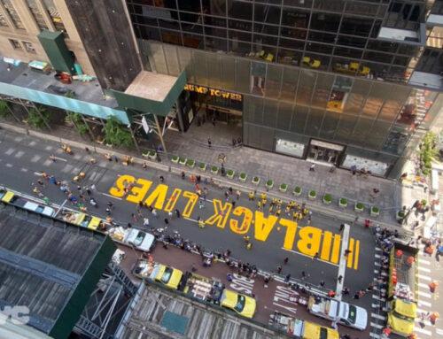 Με τεράστια κίτρινα γράμματα το σύνθημα 'Black Lives Matter' – Έξω από το Trump Tower